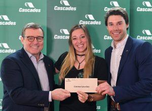 L'athlète reçoit ici sa bourse des mains de M. Mario Plourde, président et chef de la direction de Cascades et de M. Alex Harvey, nouveau champion du monde de ski de fond appuyé financièrement par Cascades depuis plusieurs années